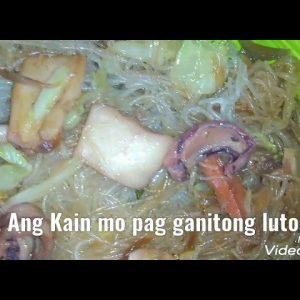 pansit Bihon na may pusit at hotdog